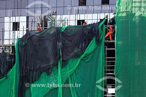 Operários instalando tela de proteção na fachada do Hotel Arena - Arpoador  - Rio de Janeiro - Rio de Janeiro (RJ) - Brasil