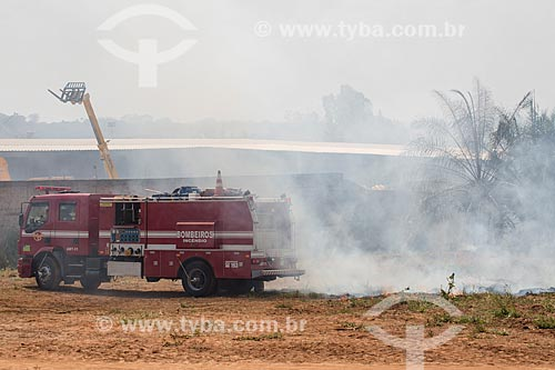 Caminhão dos Bombeiros combatendo incêndio às margens da Avenida Perimetral Norte (GO-070) durante o período de seca  - Goiânia - Goiás (GO) - Brasil