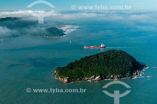Navio passando entre a Ilha da Galheta e a Ilha do Mel - Canal da Galheta  - Paranaguá - Paraná (PR) - Brasil