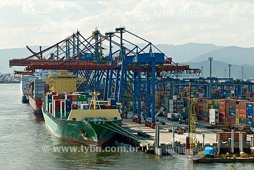 Navio cargueiro no TECON - Terminal de Contêineres de Santos - do Porto de Santos  - Guarujá - São Paulo (SP) - Brasil