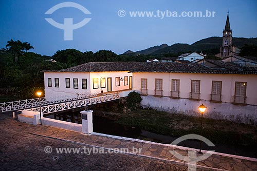 Vista da Avenida Sebastião Fleury Curado ao anoitecer com Museu Casa de Cora Coralina e a Igreja de Nossa Senhora do Rosário dos Pretos (1930) ao fundo  - Goiás - Goiás (GO) - Brasil