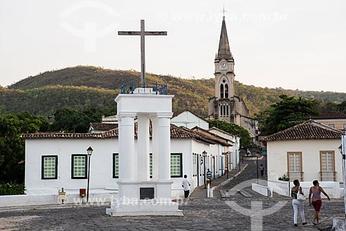 Vista da Cruz do Anhanguera - marco inicial da entrada dos Bandeirantes em território goiano - com Museu Casa de Cora Coralina e a Igreja de Nossa Senhora do Rosário dos Pretos (1930) ao fundo  - Goiás - Goiás (GO) - Brasil