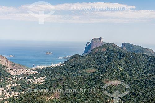 Foto aérea do Parque Nacional da Tijuca com a Pedra da Gávea ao fundo  - Rio de Janeiro - Rio de Janeiro (RJ) - Brasil