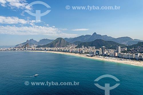 Foto aérea da Praia de Copacabana com a Pedra da Gávea ao fundo  - Rio de Janeiro - Rio de Janeiro (RJ) - Brasil