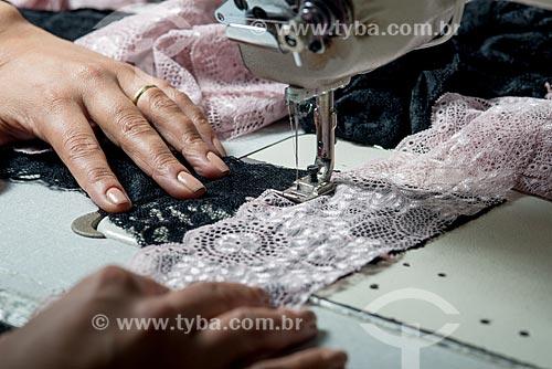 Detalhe de fabricação de roupas íntimas na confecção Suspiro Íntimo  - Nova Friburgo - Rio de Janeiro (RJ) - Brasil