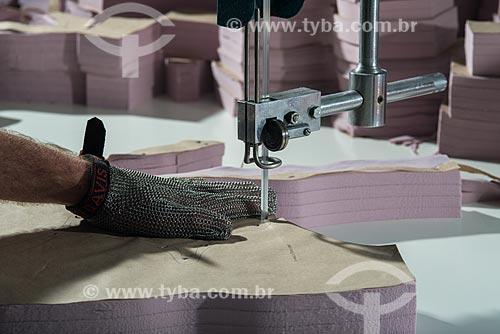 Detalhe de corte de moldes durante a fabricação de roupas íntimas na confecção Suspiro Íntimo  - Nova Friburgo - Rio de Janeiro (RJ) - Brasil