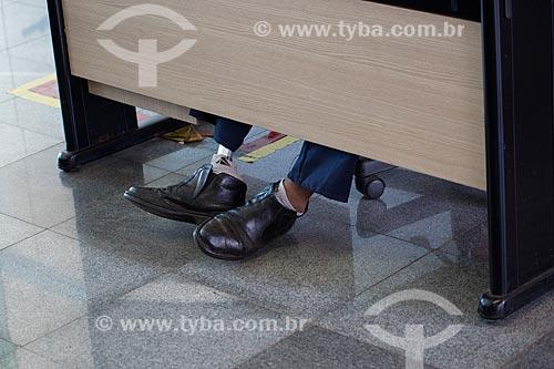 Homem usando prótese mecânica na perna na Escola de Filosofia da Universidade Federal de Goiás - Campus Samambaia  - Goiânia - Goiás (GO) - Brasil