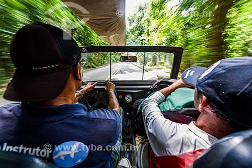 Carro subindo a Estrada das Canoas em direção à Pedra Bonita  - Rio de Janeiro - Rio de Janeiro (RJ) - Brasil