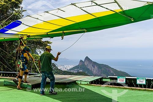 Decolagem de asa-delta da rampa da Pedra Bonita/Pepino com o Morro Dois Irmãos ao fundo  - Rio de Janeiro - Rio de Janeiro (RJ) - Brasil