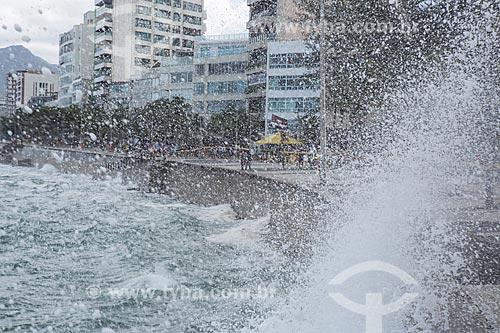 Calçadão da Praia do Arpoador durante ressaca  - Rio de Janeiro - Rio de Janeiro (RJ) - Brasil