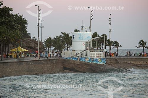 Calçadão da Praia do Arpoador durante ressaca com o Posto 7 ao fundo  - Rio de Janeiro - Rio de Janeiro (RJ) - Brasil