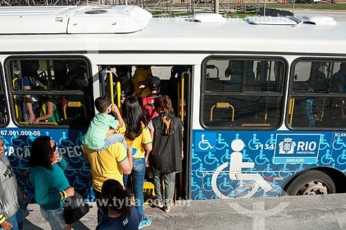 Ônibus especial para público prioritário - gestantes, crianças de colo, idosos, deficientes - na Estação BRT Morro do Outeiro - Terminal Centro Olímpico - extensão do Metrô Rio - linha 4  - Rio de Janeiro - Rio de Janeiro (RJ) - Brasil