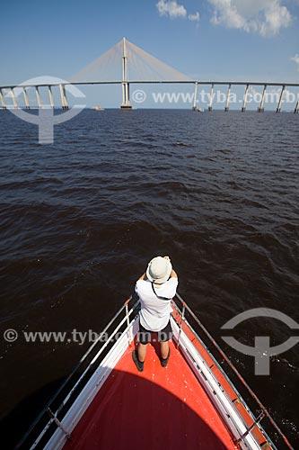 Homem observando a Ponte Rio Negro (2011) a partir da proa do barco  - Manaus - Amazonas (AM) - Brasil