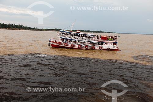 Chalana - embarcação regional - próximo ao encontro das águas do Rio Negro e Rio Solimões  - Manaus - Amazonas (AM) - Brasil