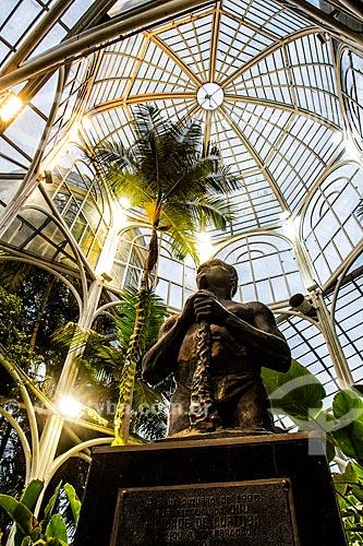 Escultura Torso do Trabalhador (1941) no interior da estufa do Jardim Botânico de Curitiba  - Curitiba - Paraná (PR) - Brasil