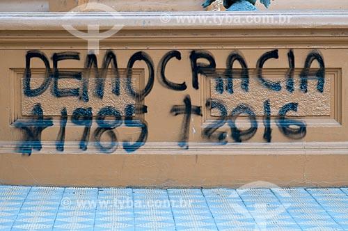 Grafite de protesto em praça  - Pelotas - Rio Grande do Sul (RS) - Brasil