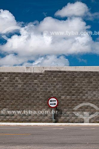 Placa indicando mão dupla em rua da cidade de Pelotas  - Pelotas - Rio Grande do Sul (RS) - Brasil