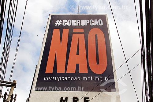 Cartaz contra a corrupção em prédio na Avenida Jerônimo Monteiro  - Vitória - Espírito Santo (ES) - Brasil