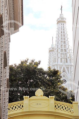 Fachada de construção histórica de 1920 com a Catedral Metropolitana de Nossa Senhora da Vitória (1933) ao fundo  - Vitória - Espírito Santo (ES) - Brasil