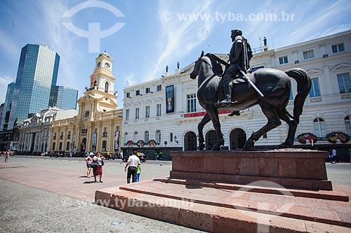 Estátua equestre de Pedro de Valdivia (1966) na Plaza de Armas de Santiago (Praça de Armas) com o Museu Histórico Nacional do Chile e a Municipalidad de Santiago (1790) - sede da Prefeitura de Santiago - ao fundo  - Santiago - Província de Santiago - Chile