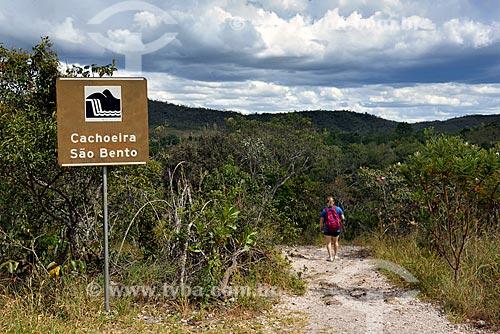 Turista na trilha que leva para à Cachoeira São Bento no Parque Nacional da Chapada dos Veadeiros  - Alto Paraíso de Goiás - Goiás (GO) - Brasil