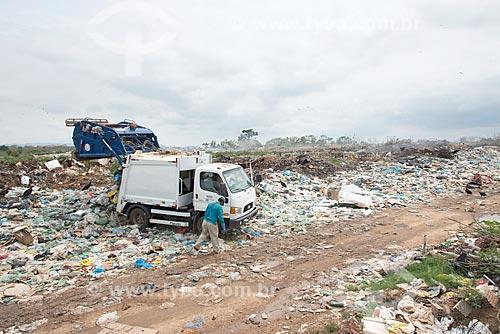 Caminhão de lixo em depósito de lixo na periferia da cidade de São Félix do Xingu  - São Félix do Xingu - Pará (PA) - Brasil
