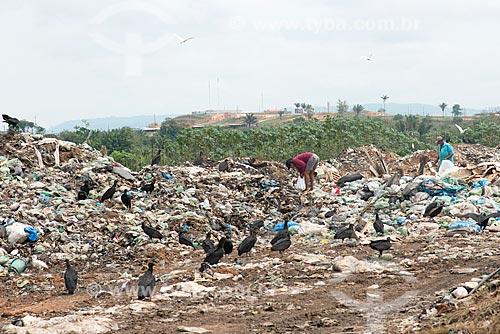 Catador em depósito de lixo na periferia da cidade de São Félix do Xingu  - São Félix do Xingu - Pará (PA) - Brasil