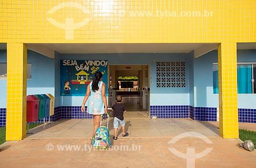 Mãe e criança entrando na Creche Municipal da cidade de Tucumã  - Tucumã - Pará (PA) - Brasil