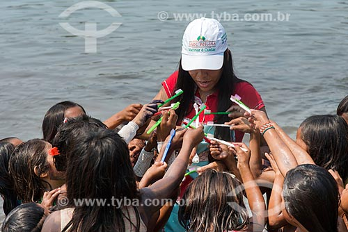 Crianças da Tribo Moikarakô - Terra Indígena Kayapó - recebendo orientação sobre higiene bucal  - São Félix do Xingu - Pará (PA) - Brasil