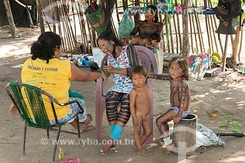 Índia pintando mulher na Aldeia Moikarakô - Terra Indígena Kayapó  - São Félix do Xingu - Pará (PA) - Brasil
