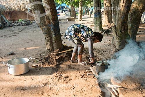 Índia cozinhando com fogão à lenha na Aldeia Moikarakô - Terra Indígena Kayapó  - São Félix do Xingu - Pará (PA) - Brasil