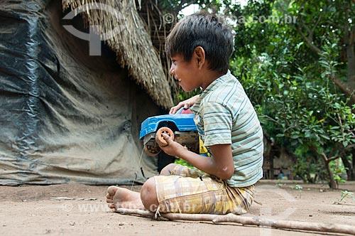 Menino brincado na Aldeia Moikarakô - Terra Indígena Kayapó  - São Félix do Xingu - Pará (PA) - Brasil
