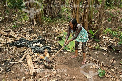 Índia abatendo jabuti-piranga (Chelonoidis carbonaria) na Aldeia Moikarakô - Terra Indígena Kayapó  - São Félix do Xingu - Pará (PA) - Brasil