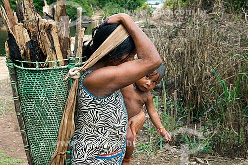 Índia carregando lenha e bebê na Aldeia Moikarakô - Terra Indígena Kayapó  - São Félix do Xingu - Pará (PA) - Brasil