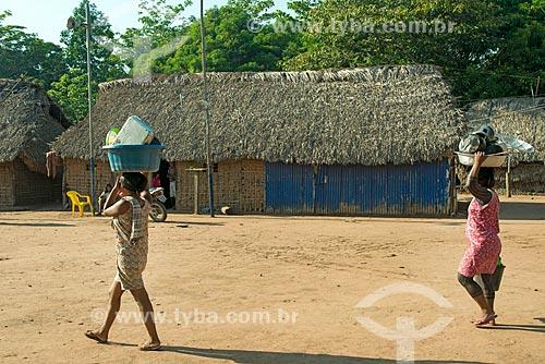 Índias carregando louças para lavar na Aldeia Moikarakô - Terra Indígena Kayapó  - São Félix do Xingu - Pará (PA) - Brasil