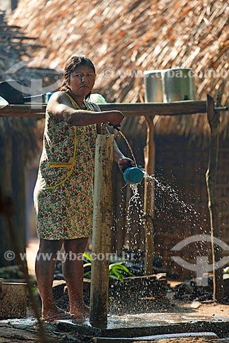 Índia lavando louça na Aldeia Moikarakô - Terra Indígena Kayapó  - São Félix do Xingu - Pará (PA) - Brasil