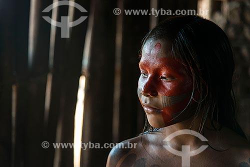Detalhe de menina com pintura corporal na Aldeia Moikarakô - Terra Indígena Kayapó  - São Félix do Xingu - Pará (PA) - Brasil