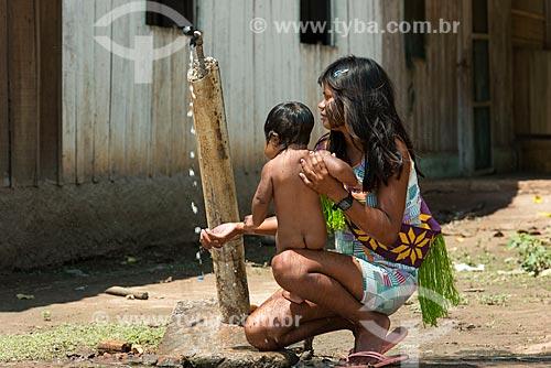 Mãe dando banho em bebê na Aldeia Moikarakô - Terra Indígena Kayapó  - São Félix do Xingu - Pará (PA) - Brasil