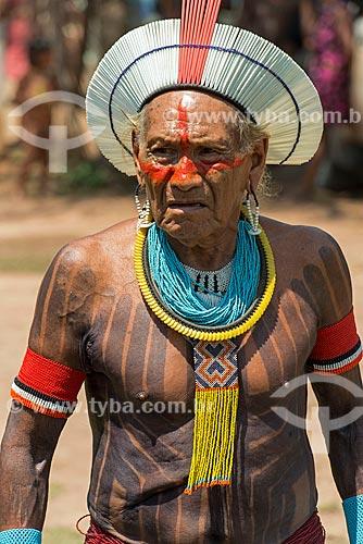 Índio com cocar de canudinhos plásticos - para não usar penas de aves - na  Aldeia Moikarakô - Terra Indígena Kayapó  - São Félix do Xingu - Pará (PA) - Brasil