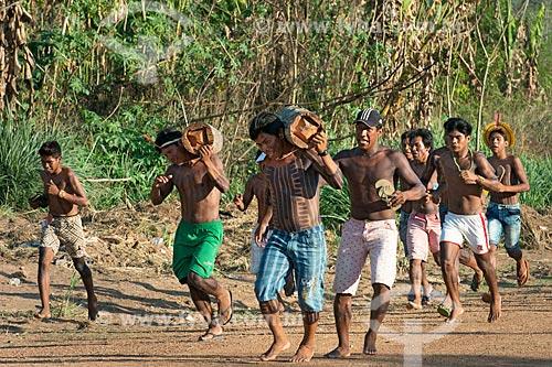 Corrida masculina de tora na Aldeia Moikarakô - Terra Indígena Kayapó  - São Félix do Xingu - Pará (PA) - Brasil