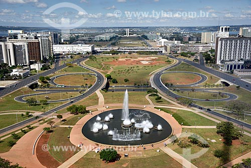 Vista geral da fonte luminosa da Torre de TV de Brasília no eixo monumental com o Congresso Nacional ao fundo  - Brasília - Distrito Federal (DF) - Brasil
