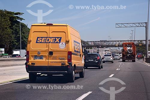 Carro dos Correios na Avenida Brasil  - Rio de Janeiro - Rio de Janeiro (RJ) - Brasil