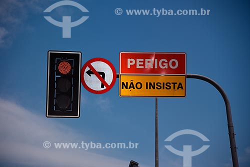 Detalhe de semáforo e placas  - Rio de Janeiro - Rio de Janeiro (RJ) - Brasil