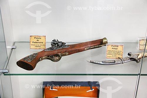 Pistola de pederneira e punhal em exibição na Casa da Memória  - Vila Velha - Espírito Santo (ES) - Brasil