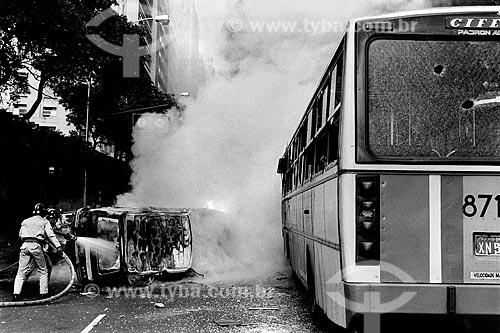 Ônibus depedrado na Avenida Rio Branco em protesto o aumento das passagens  - Rio de Janeiro - Rio de Janeiro (RJ) - Brasil