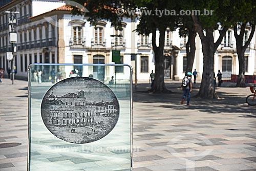 Detalhe do monumento à primeira foto na América do Sul - retrata o Paço Imperial feita em 17 de janeiro de 1840 por Louis Comte  - Rio de Janeiro - Rio de Janeiro (RJ) - Brasil