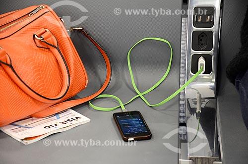 Detalhe de telefone celular recarregando no Aeroporto Internacional Antônio Carlos Jobim  - Rio de Janeiro - Rio de Janeiro (RJ) - Brasil