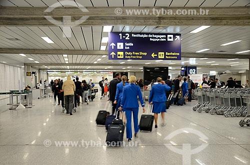 Passageiros e profissionais da aviação na área de desembarque Aeroporto Internacional Antônio Carlos Jobim  - Rio de Janeiro - Rio de Janeiro (RJ) - Brasil