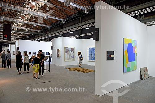 Quadros em exibição no Píer Mauá durante ArtRio  - Rio de Janeiro - Rio de Janeiro (RJ) - Brasil