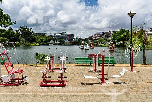 Academia da Terceira Idade às margens do Dique do Tororó com o Complexo Esportivo Cultural Octávio Mangabeira - também conhecido como Arena Fonte Nova - ao fundo  - Salvador - Bahia (BA) - Brasil